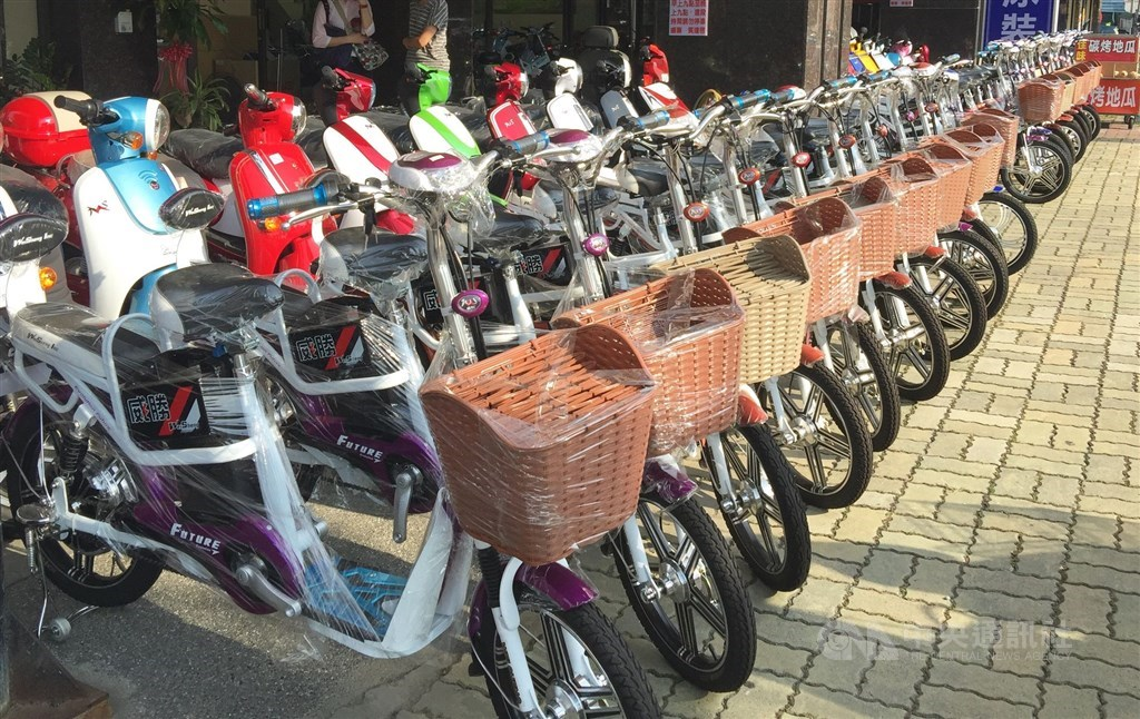 A row of electric bicycles (front) displayed at a local rental shop. CNA file photo