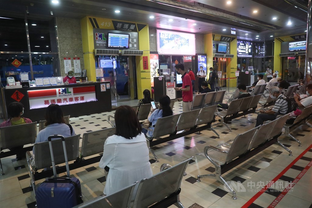 Passengers wait for long haul bus services at Taipei Bus Terminal Friday evening. CNA photo June 11, 2021