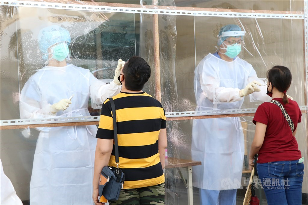 Workers at an industrial park in Kaohsiung take COVID-19 tests on Thursday. CNA photo June 10, 2021