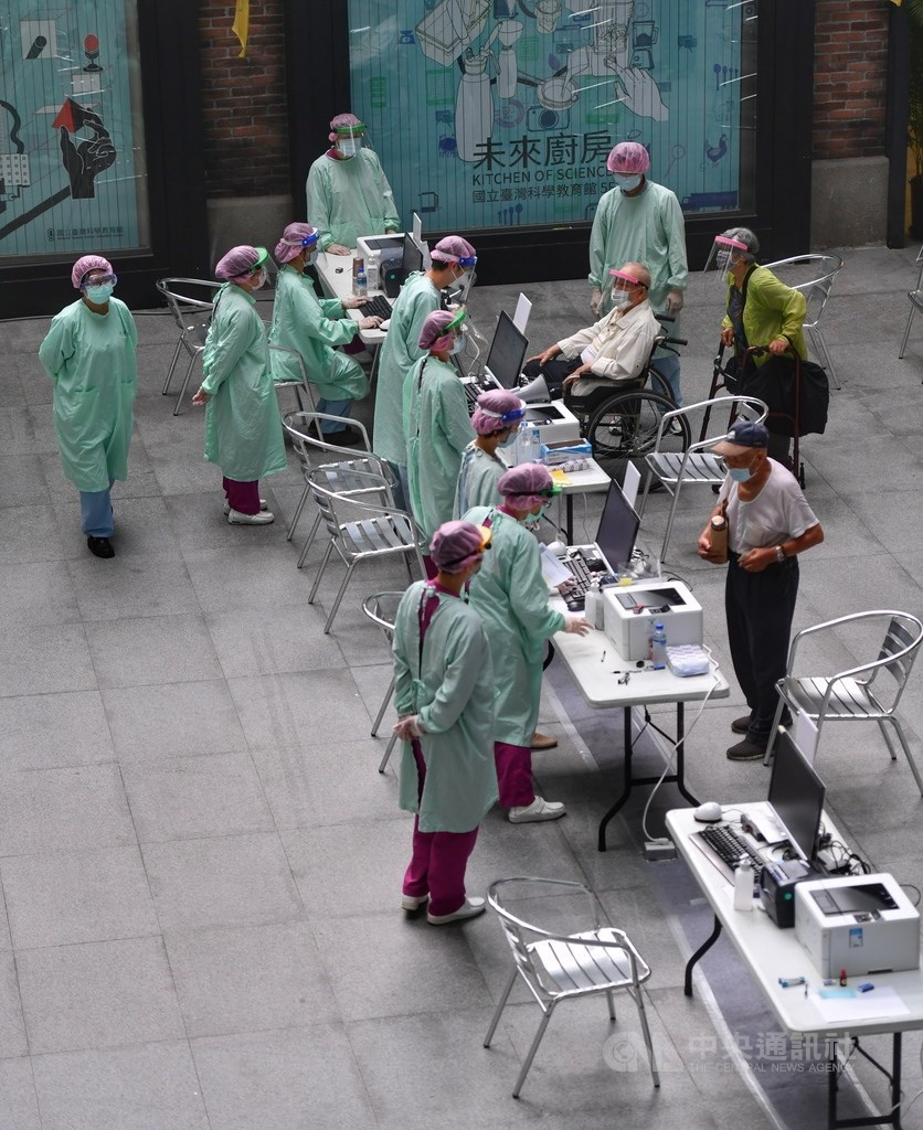 People arriving at a COVID-19 vaccination site in Taipei City on Thursday morning. CNA photo June 17, 2021