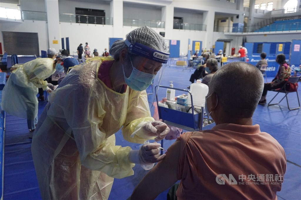 At a mass vaccination site in Kinmen. CNA photo June 19, 2021