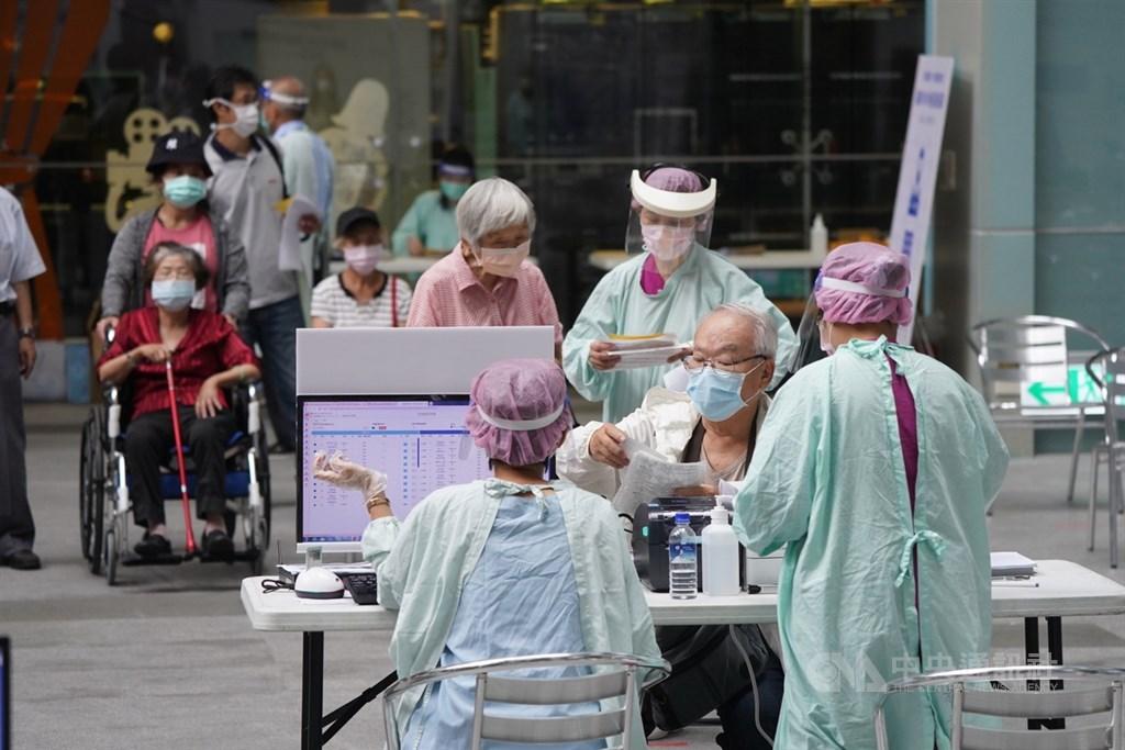 A mass COVID-19 vaccination site in Taipei. CNA photo June 20, 2021