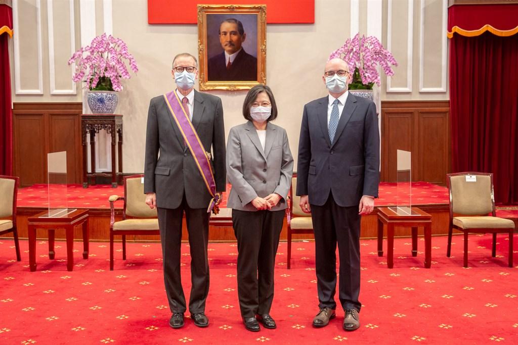 From left: AIT Director Brent Christensen, President Tsai Ing-wen and AIT Deputy Director Raymond Greene. Photo courtesy of the Presidential Office