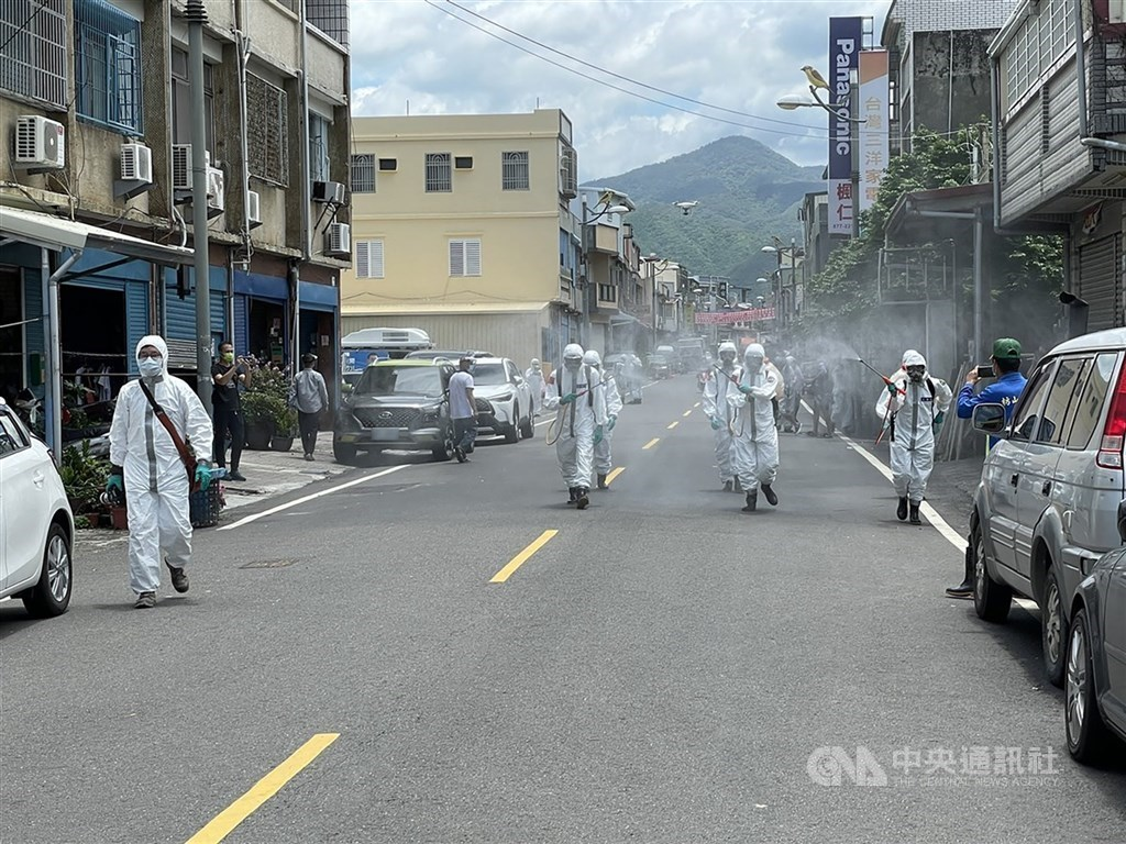 Military members carry out wide disinfection in Pingtung on Saturday. CNA photo June 26, 2021