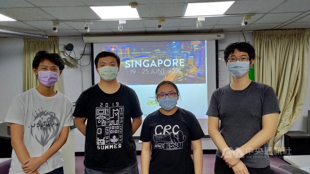From left to right: Chang Chen-kai, Lin Ping-hsuan, Hou Hsin-wei associate professor Wang Hung-lung of National Taiwan Normal University
