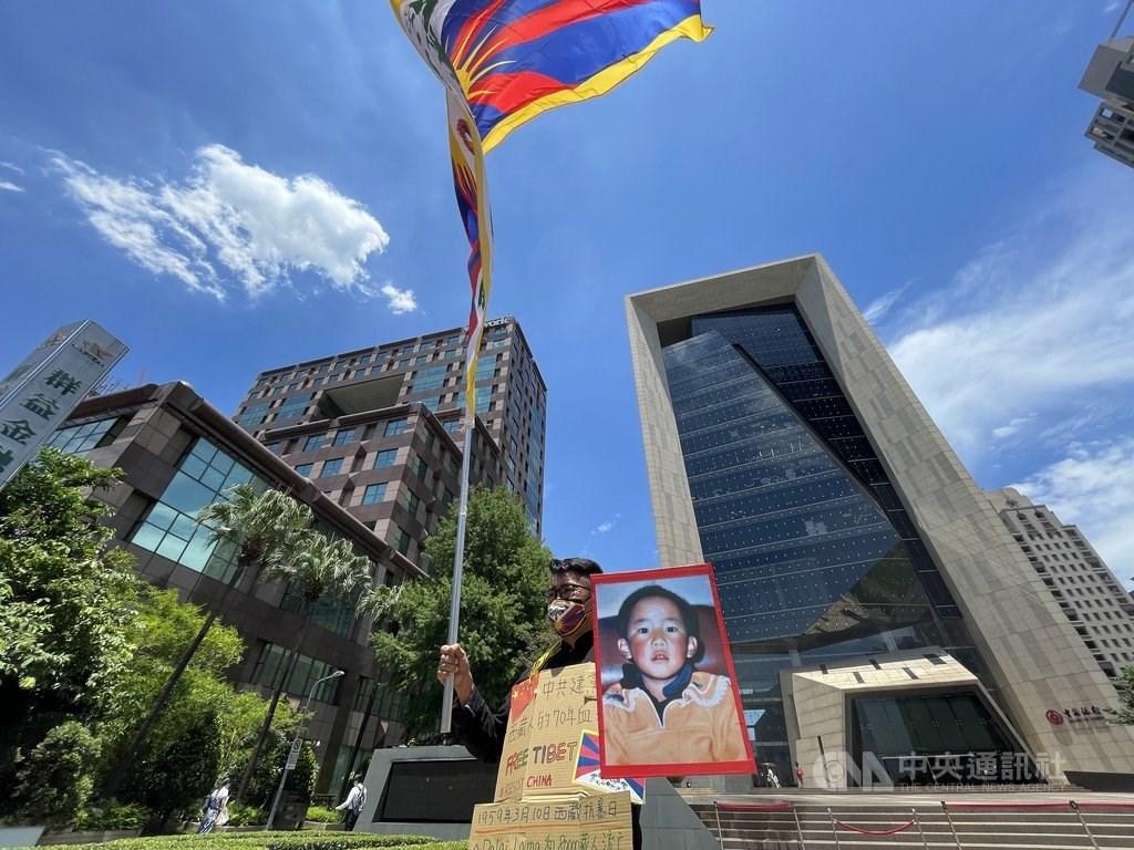 A man protests outside Bank of China