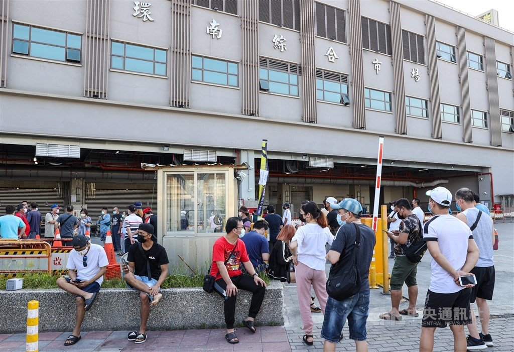 People wait outside Huannan Market in Taipei for a COVID-19 test on Saturday. CNA photo July 3, 2021