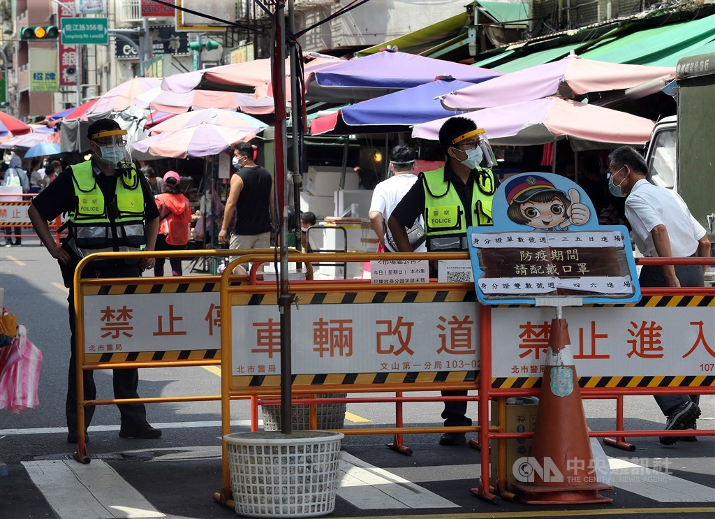 Policemen guard an entrance to a street market in Taipei on Sunday. CNA photo July 4, 2021