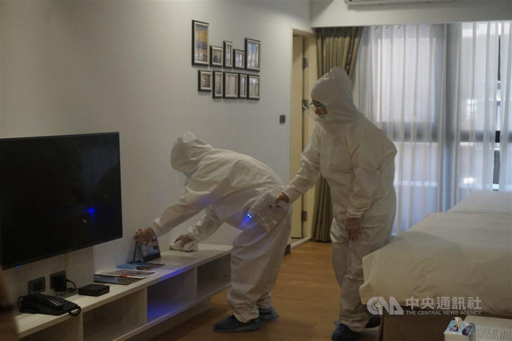 Workers clean a room in a quarantine hotel in Kinmen. CNA file photo