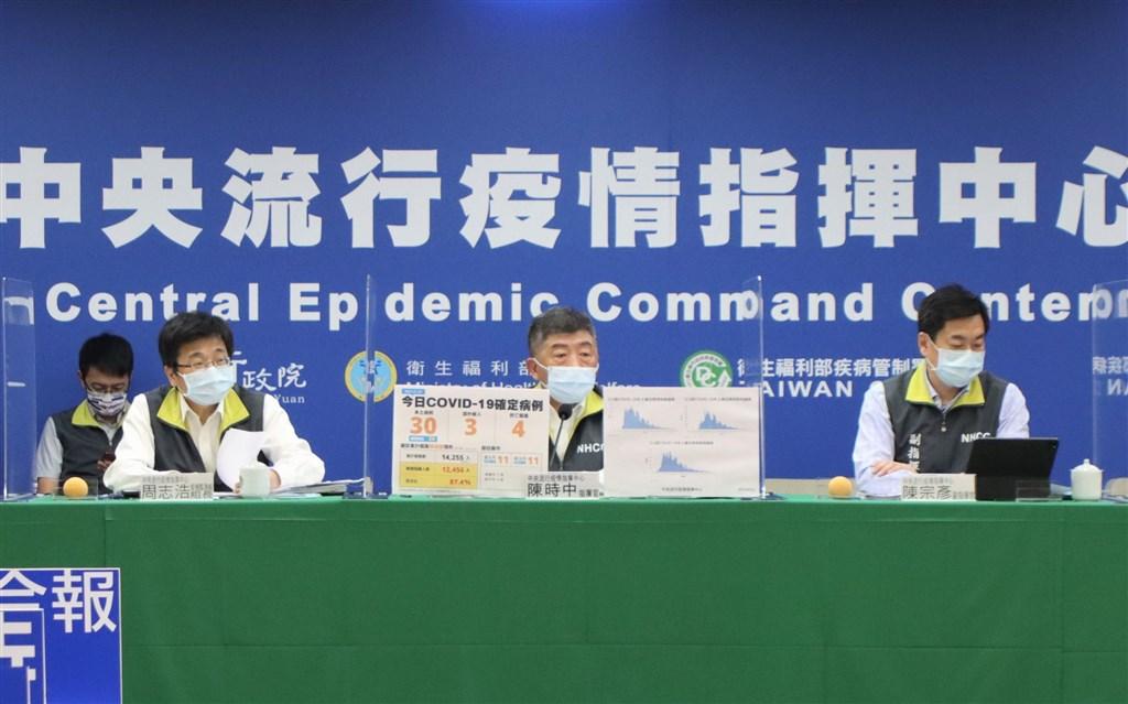 Health Minister Chen Shih-chung (center) at the daily CECC press conference Thursday. Photo courtesy of the CECC