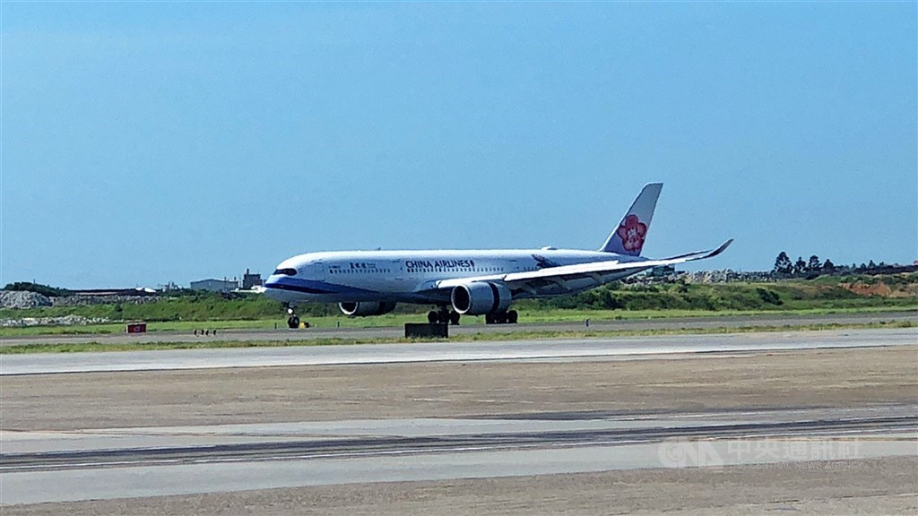 The China Airlines plane that transports the latest batch of AstraZeneca vaccine arrives at Taiwan Taoyuan International Airport. CNA photo July 27, 2021