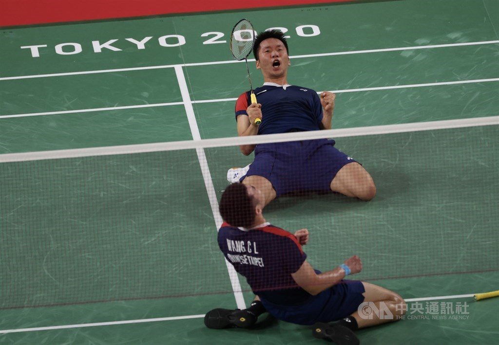 Taiwan men's badminton duo Wang Chi-lin (front) and Lee Yang (back) celebrate after winning their match on Thursday. CNA photo July 29, 2021