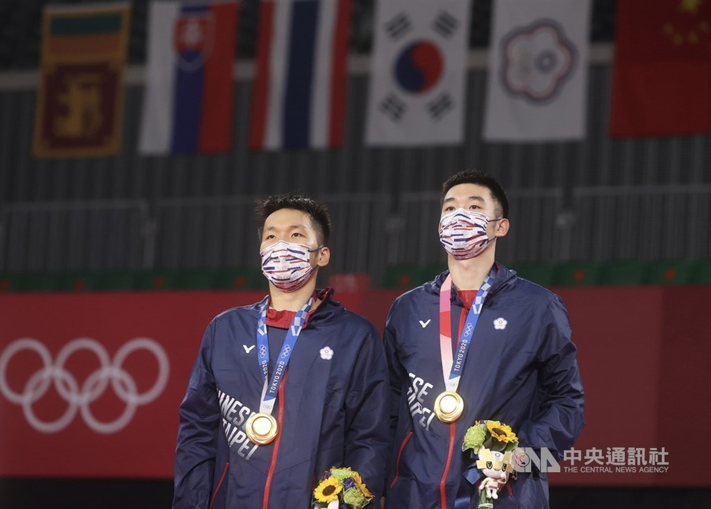 Lee Yang (李洋, left) and Wang Chi-lin (王齊麟) stand on the podium with their gold medals at the Tokyo Olympics. CNA file photo