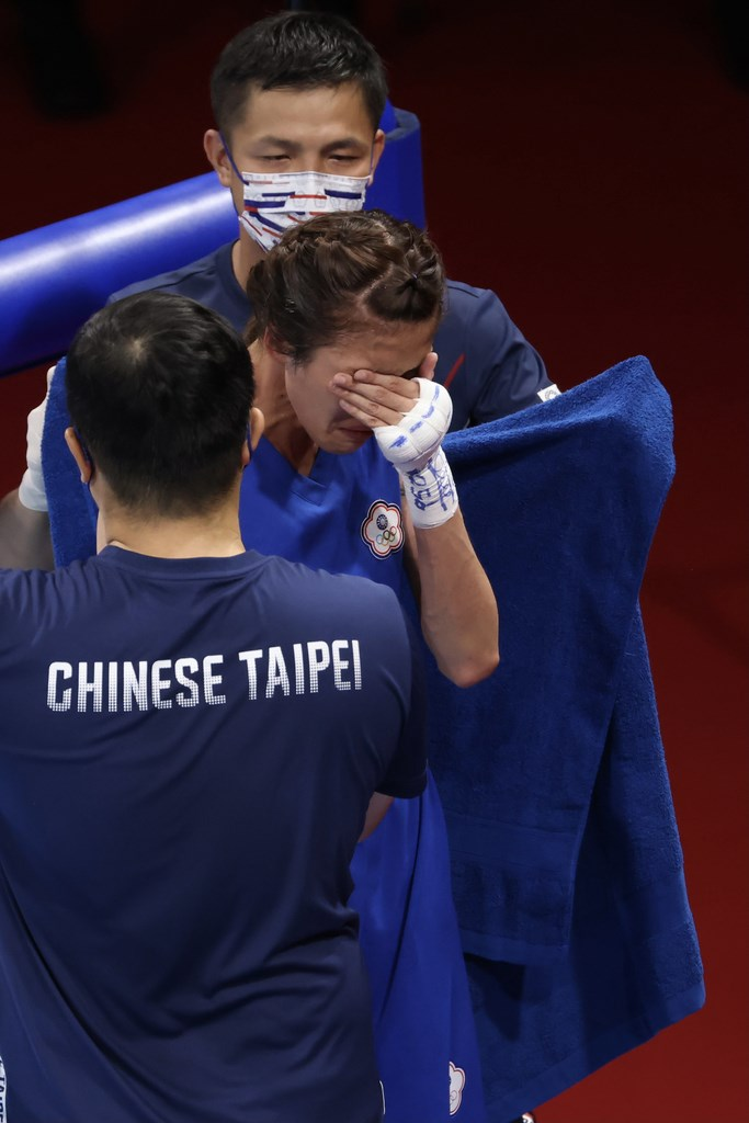 Boxer Huang Hsiao Wen cries after the match by the ring. CNA photo Aug. 4, 2021