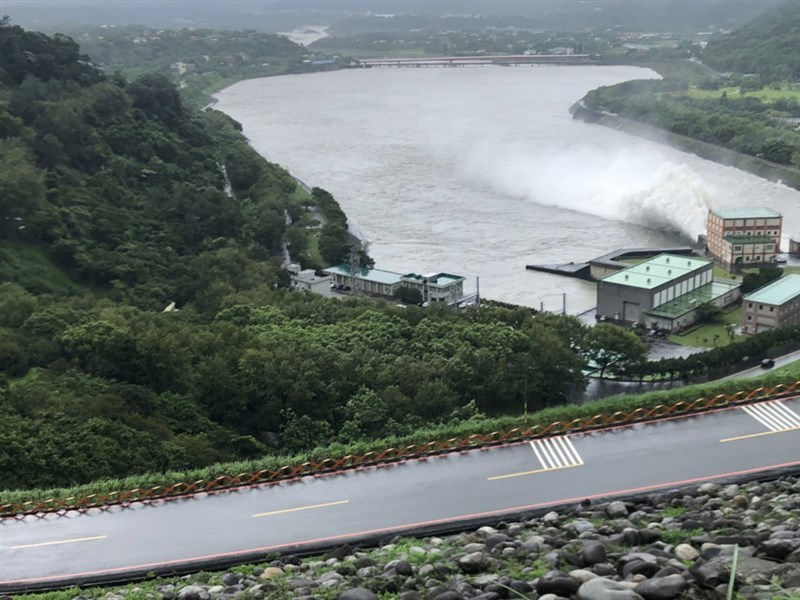 Water discharged from Shimen Reservoir on Aug. 7. CNA file photo