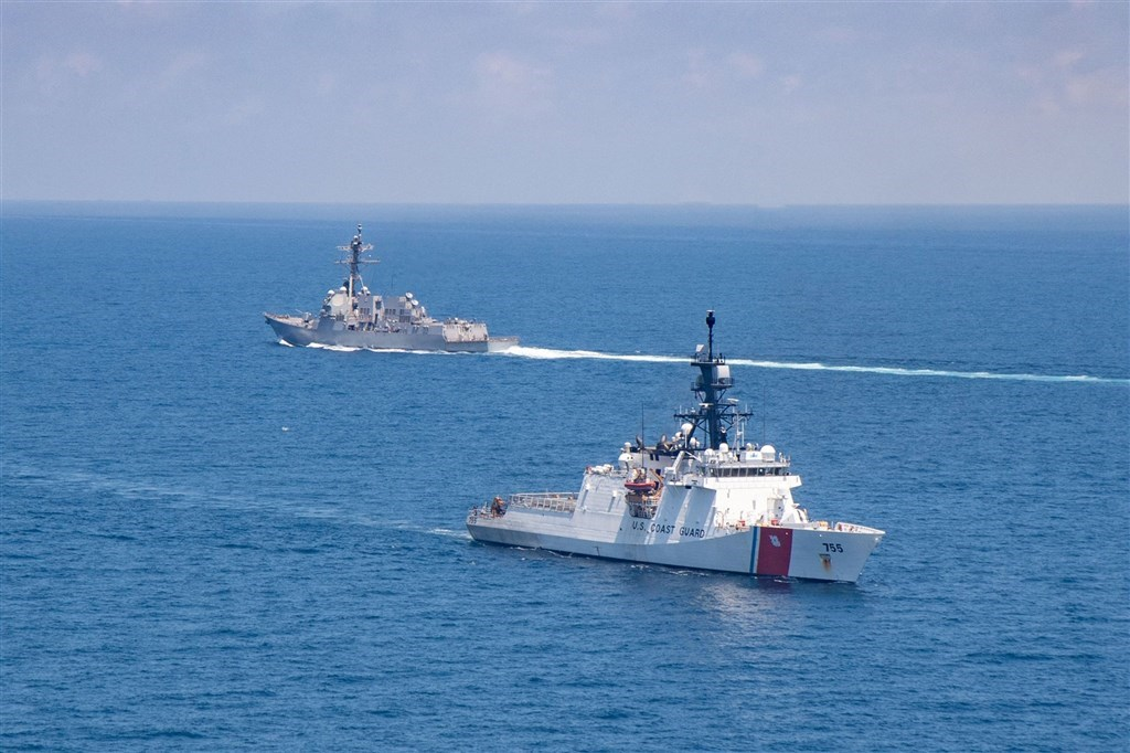 U.S. Navy guided-missile destroyer USS Kidd (DDG 100, left) and U.S. Coast Guard National Security Cutter Munro (WMSL 755). Photo from the U.S. Pacific Fleet