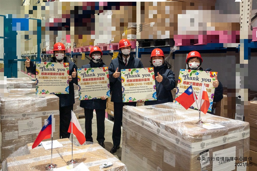 Health Minister Chen Shih-chung (second, right) and the head of Polish Office in Taipei Bartosz Ryś welcome the arrival of the 400,000 doses of AZ vaccine at Taoyuan International Airport. Photo courtesy of the Central Epidemic Command Center