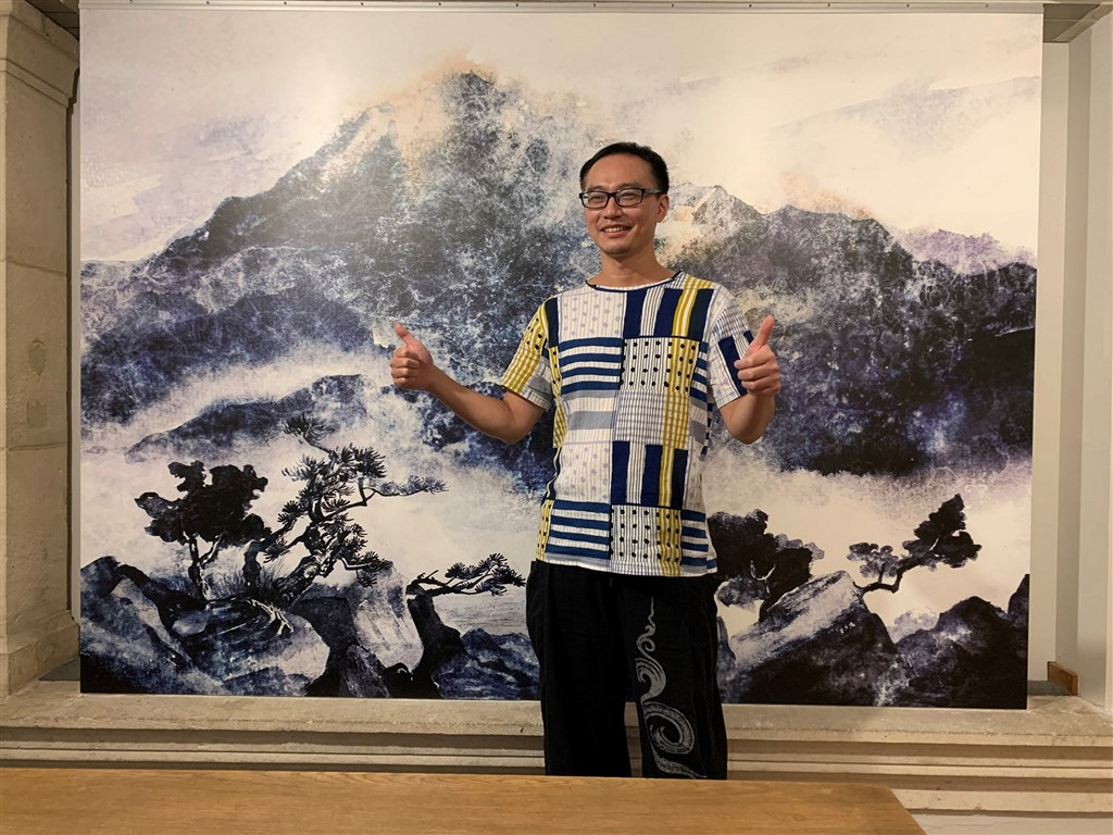 Artist Wu Shih-hung stands in front of a drawing taken from his book at the award ceremony in Brussels. Photo courtesy of Fisfisa Media