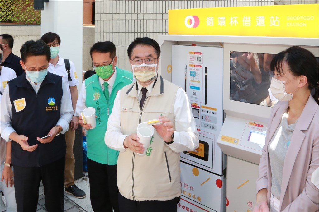 Tainan Mayor Huang Wei-che (center) borrows a reusable cup via the Good to Go platform. Photo courtesy of Tainan City Government