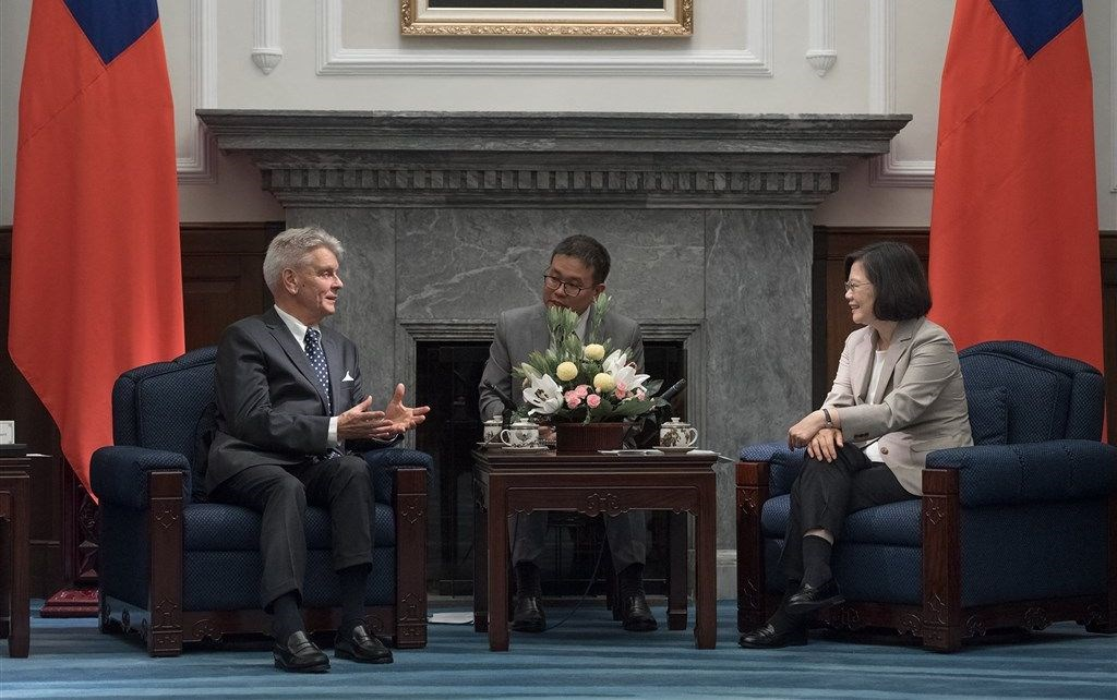 Alain Richard (left) talks with President Tsai Ing-wen on a visit to Taiwan in 2018. Photo from twitter.com/iingwen