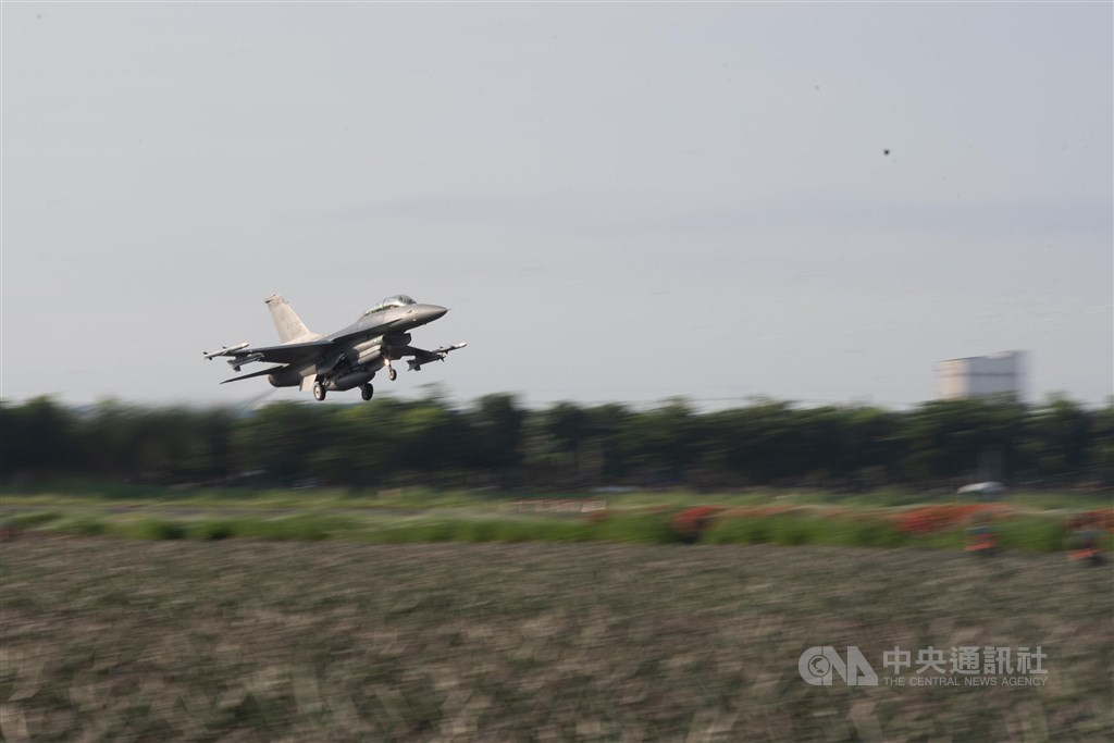 An F-16 fighter jet takes off during the recent Han Kuang drills in Pingtung County. CNA file photo