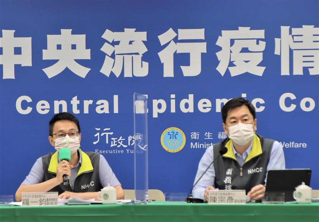 Centers for Disease Control Deputy Director-General Lo Yi-chun (left) and Deputy Interior Minister Chen Tsung-yen hosts Wednesday