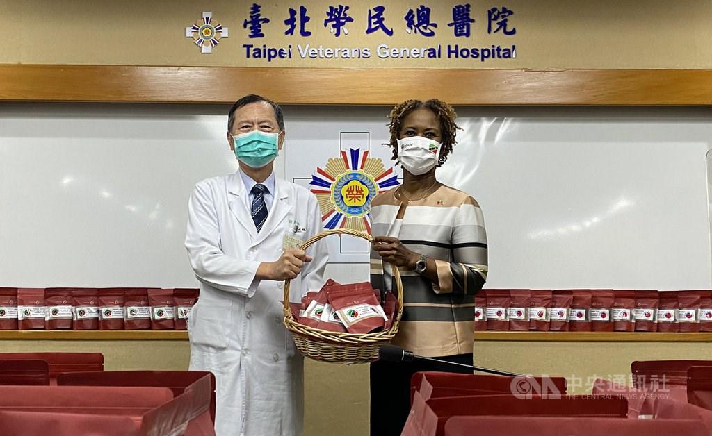 St. Christopher and Nevis Ambassador Jasmine Elise Huggins (right) presents desserts to Taipei Veterans General Hospital. CNA photo Sept. 23, 2021