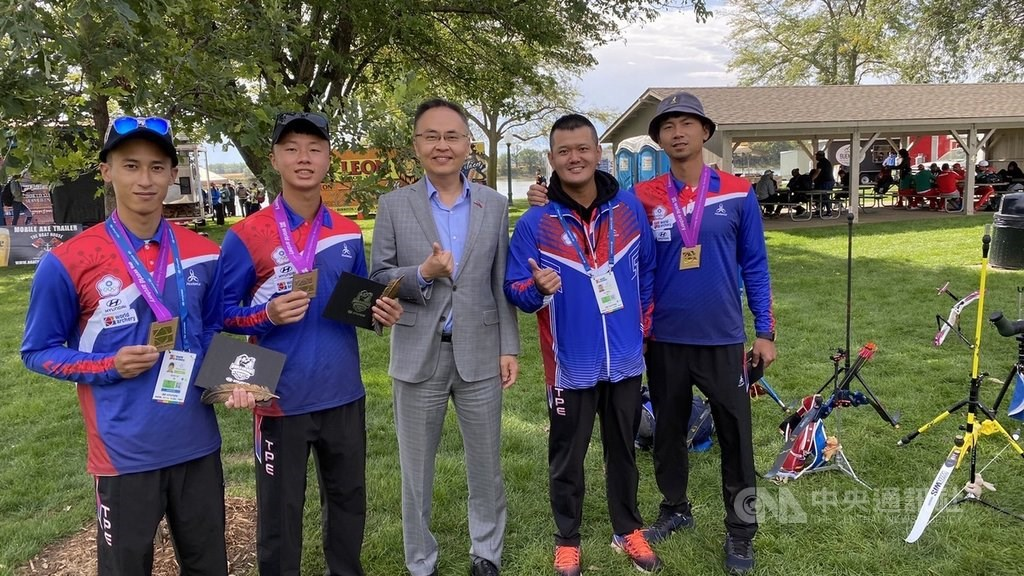 Jerry Chang (center) poses for a group photo with Taiwan