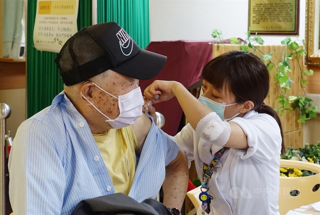 A man gets the influenza vaccine in a Taipei hospital. CNA file photo