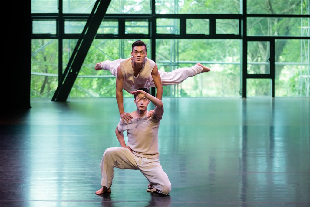 """Dancers perform """"White Water"""" in the """"Dance Express"""" program. Photo courtesy of Cloud Gate Dance Theatre"""
