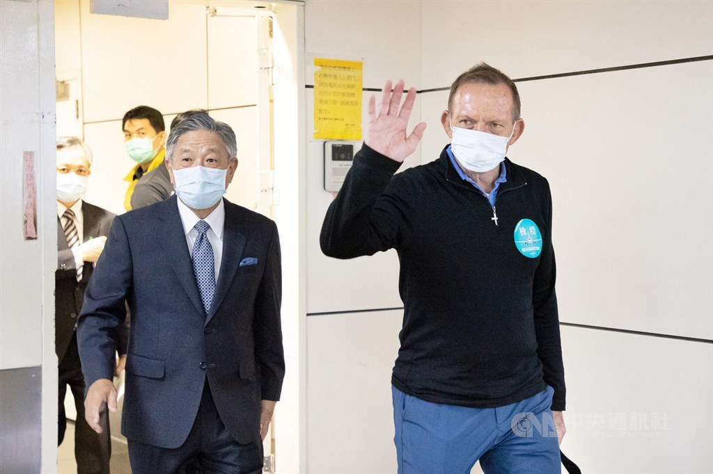 Former Australian Prime Minister Tony Abbott (right) is pictured at Taiwan Taoyuan International Airport. CNA photo Oct. 5, 2021