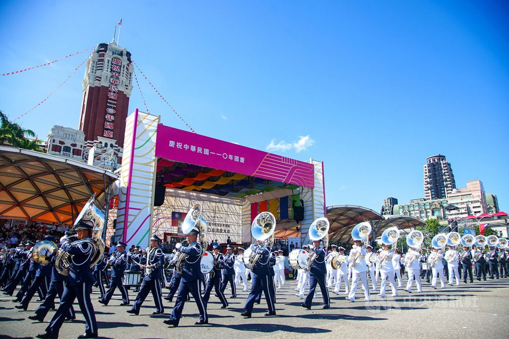 The military marching band performs in front of the Presidential Office during a rehearsal for the Oct. 10 National Day celebrations in Taipei. CNA photo Oct. 7, 2021