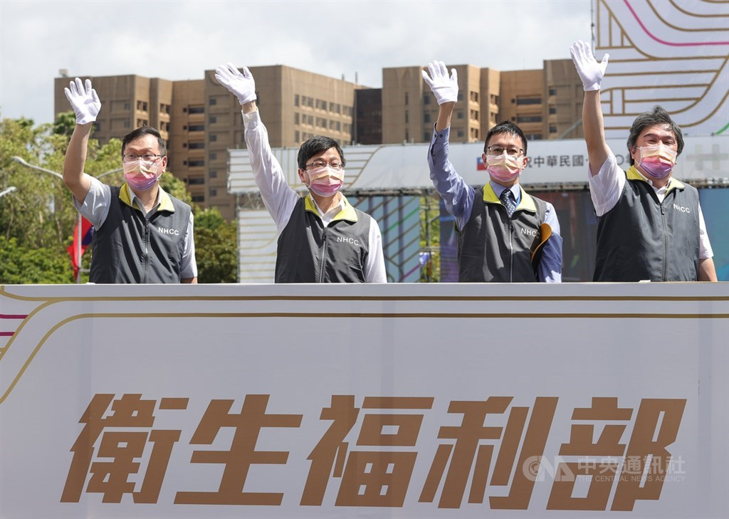 Centers for Disease Control Director-General Chou Jih-haw (second left) and his two deputies Chuang Jen-hsiang (left) and Lo Yi-chun (second right) are joined by Ministry of Health and Welfare official Wang Pi-sheng when taking part in the National Day parade in Taipei Sunday. CNA photo Oct. 10, 2021