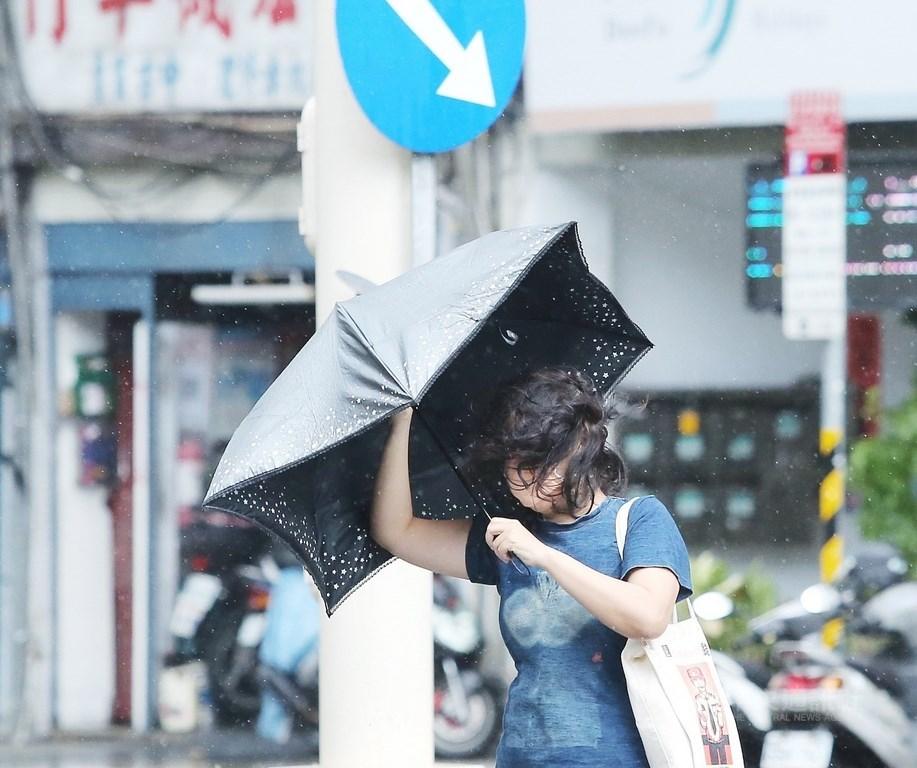 A pedestrian in Taipei Monday morning. CNA photo Oct. 11, 2021