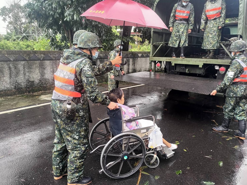 Soldiers help move a resident in Hualien to a shelter, amid concerns about possible mudslides in some areas Wednesday. Photo courtesy of the Army Huadong Defense Command