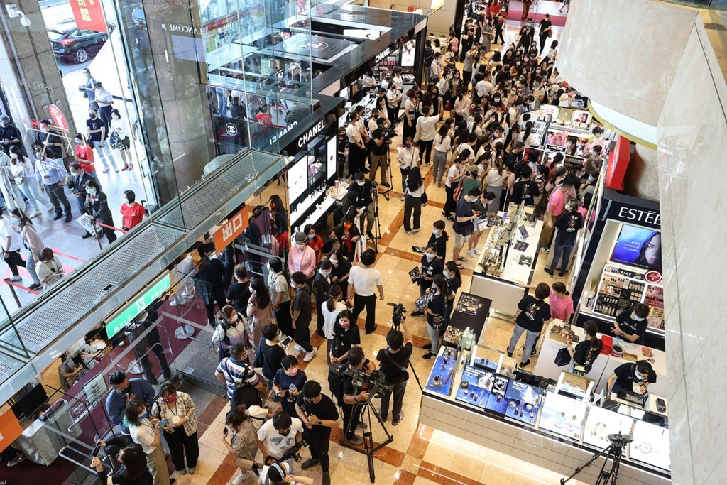 Shoppers in a department store in Taipei when it began its annual sales on Oct. 7. CNA file photo