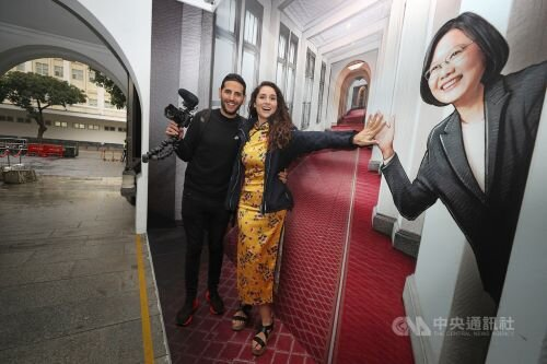 Tsai 'human first, president second,' viral vloggers say after meeting her