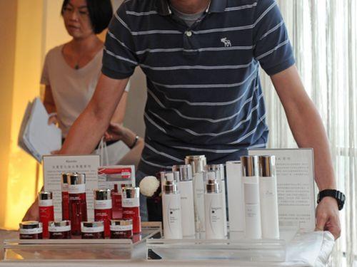 カネボウ化粧品の「白まだら」被害、台湾でも54人確認