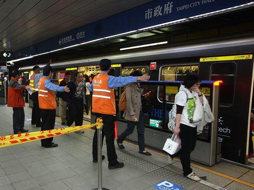 台北メトロ、相次ぐ人身事故でホームドア全面設置へ/台湾