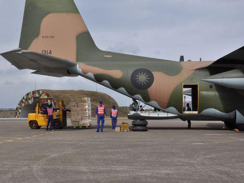 台湾がフィリピンに救援物資輸送  台風30号被害で
