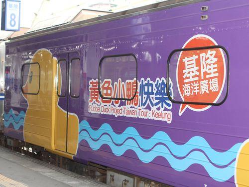 台湾鉄道、巨大アヒルの塗装列車お目見え  相次ぐ絶賛の声