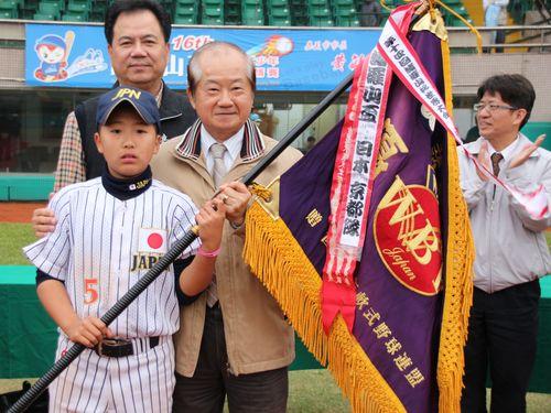 「謝々台湾」のステッカーが話題の日本チーム、4連覇達成