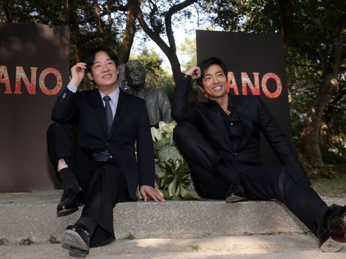同じポーズをとる頼清徳台南市長(左)と大沢たかお(右)