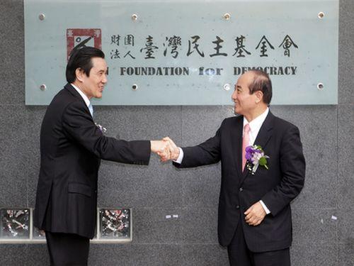 「台湾民主基金会」新ビルの完成を祝う式典で握手を交わす馬英九総統(左)と王金平立法院長(右)=台北で2013年6月