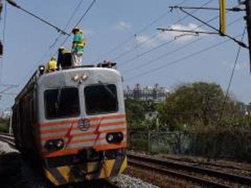 台湾鉄道架線トラブル  原因はパンタグラフの部品欠損