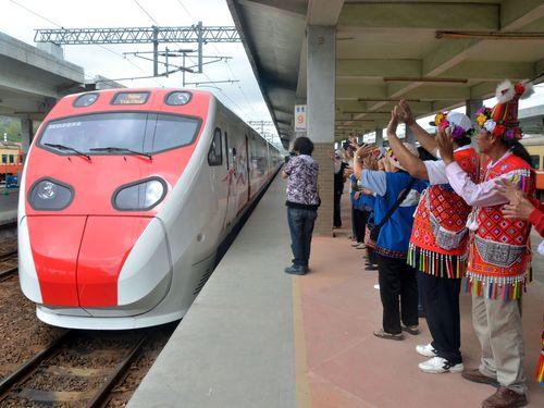 特急列車「プユマ号」、台東まで初試運転  プユマ族の大歓迎受ける/台湾