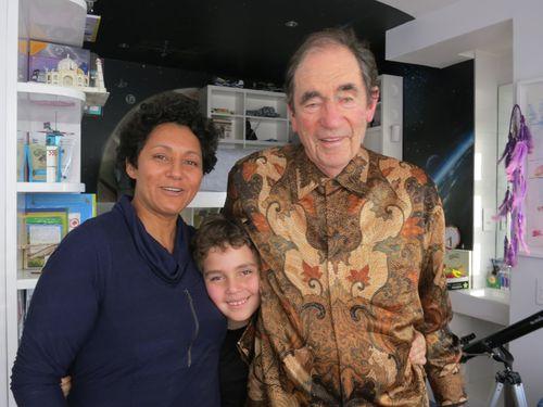 「唐奨」法治賞に輝いたサックス氏(右)。妻のヴァネッサさん、末っ子のオリバーさんと。