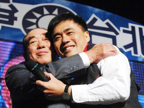 カク柏村氏(左)と長男の龍斌氏