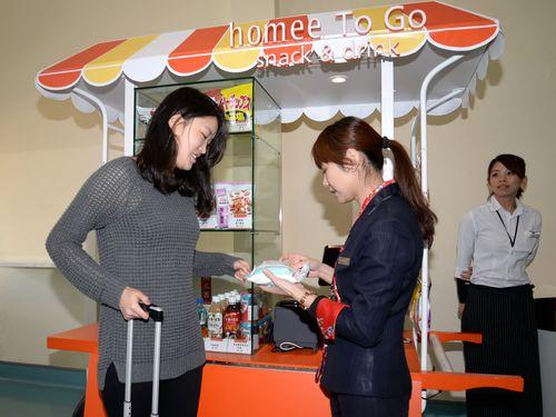 台湾・桃園空港の出国後エリアに移動式売店  おつまみ需要狙う
