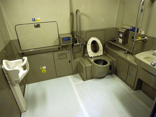 車両内の車いす対応トイレ